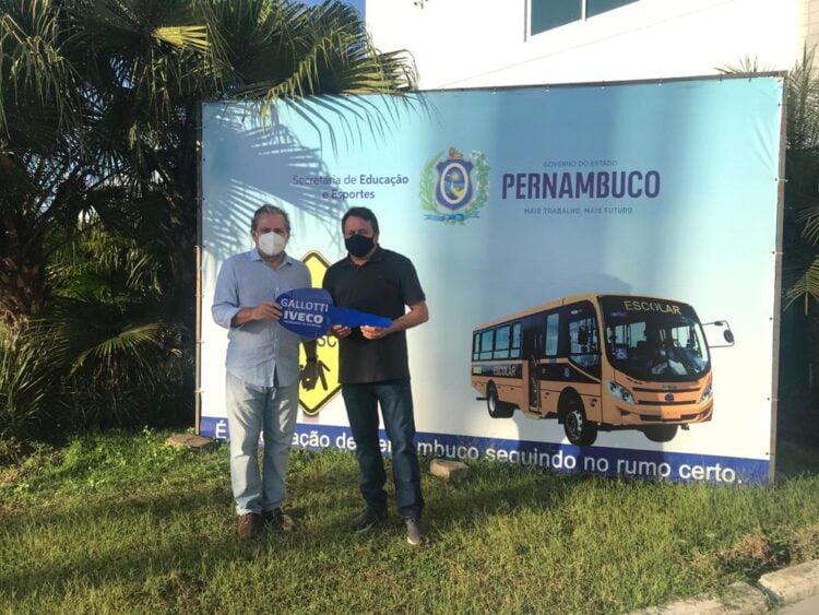 Secretário de Educação de SJE recebe ônibus de emenda parlamentar do deputado Tadeu Alencar