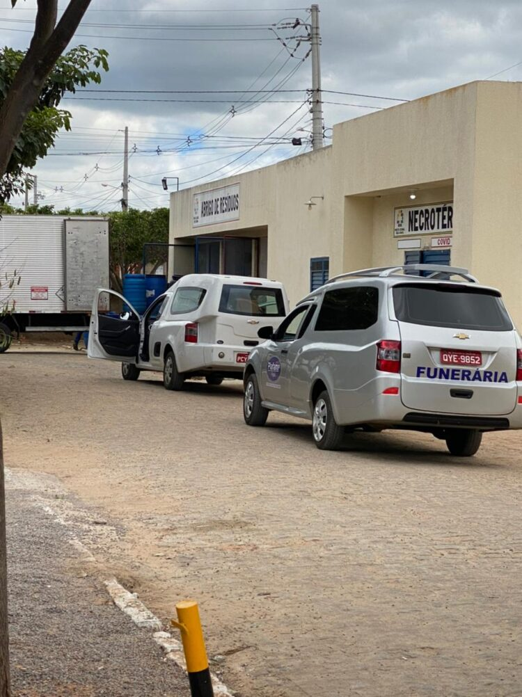 Cinco vítimas da covid morrem no Hospital de Afogados; carros funerários fazem fila no local.
