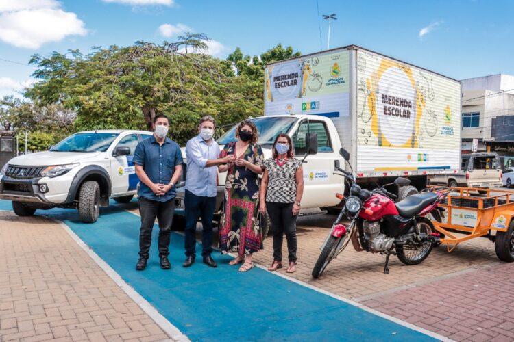 Prefeitura de Afogados entrega caminhão, pick-up L200 e motocicleta para secretaria municipal de educação